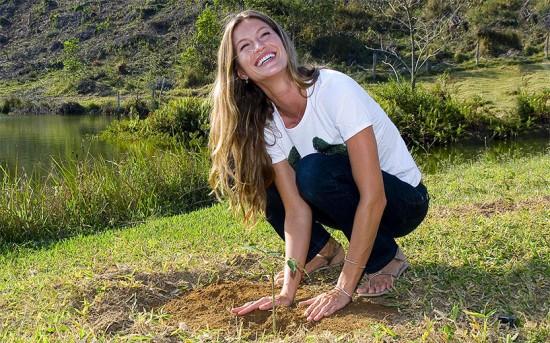 Gisele plantando uma muda - ela usa sua fama pra chamar atenção pra causa ambiental e agora vai receber um prêmio!