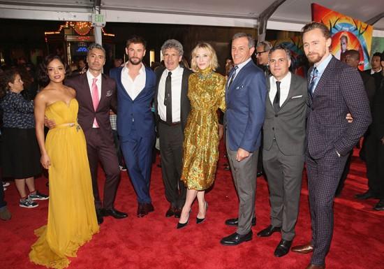 """O pessoal de """"Thor: Ragnarok"""" reunido no tapete vermelho"""
