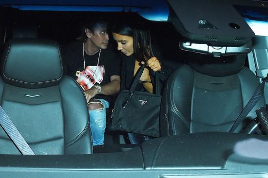 Olha o close na bolsa da Kim Kardashian West: sim, é uma Prada vintage de nylon! Vem ver mais da onda retrô anos 90 dela
