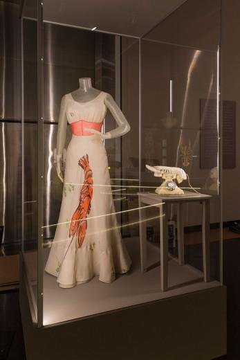 """O vestido lagosta e o telefone-lagosta, dois marcos na carreira de Elsa e Salvador! Vem ver mais da exposição """"Dalí & Schiaparelli"""""""