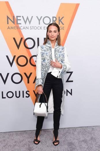 A bela Alicia Vikander escolheu esse look que traz a nova ideia da última coleção da Vuitton, que se inspira em vestuário de outros séculos com elementos bem contemporâneos. Vem ver mais!