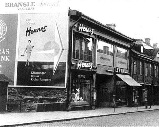 Em 1947 a loja chamava Hennes in Västerås - e depois ela virou H&M, abreviação pra Hennes & Mauritz!
