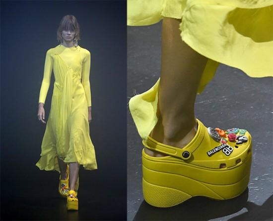 O calçado mais polêmico dessa temporada provavelmente foi esse Crocs plataforma da Balenciaga. Ui! Vem ver mais