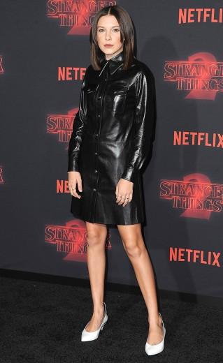 """A estrela de """"Stranger Things"""" roubou a cena na estreia da segunda temporada - e despertou discussão... Clica pra conferir outros looks dela!"""