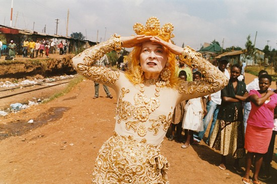"""Vivienne Westwood é uma das estilistas que é referência em sustentabilidade e portanto é destaque na exposição """"Fashioned from Nature"""". Clica na foto pra ver um preview do que vai ter por lá!"""