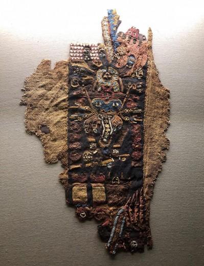Coisas como esse bordado belíssimo da cultura paracas podem ser vistas de perto no museu Amano em Lima! Vem ver mais