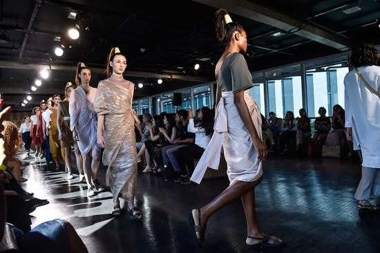 """O desfile da Jouer Couture é superfino e o nome da coleção é """"Comigo ninguém pode""""! Vem ver mais"""