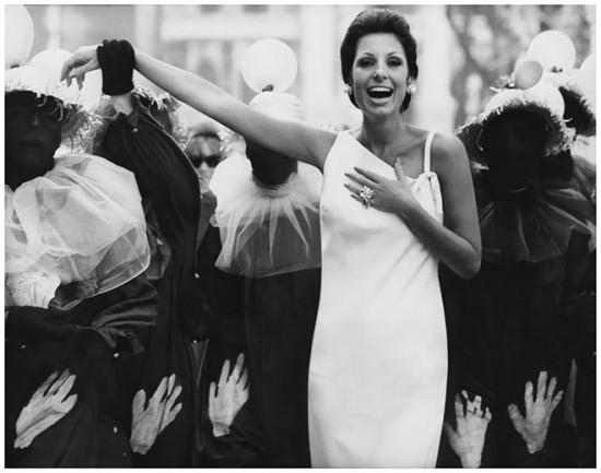Carmen clicada por Henry Clarke no Carnaval carioca em 1965. Vem ver mais da musa!