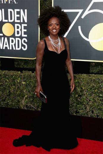 Viola Davis foi de veludo. O vestido é Brandon Maxwell