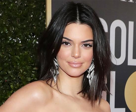 Kendall Jenner apareceu com espinha no Globo de Ouro e teve gente que comentou - mas ela não é a primeira a assumir que não tem uma pele perfeita! Vem ver