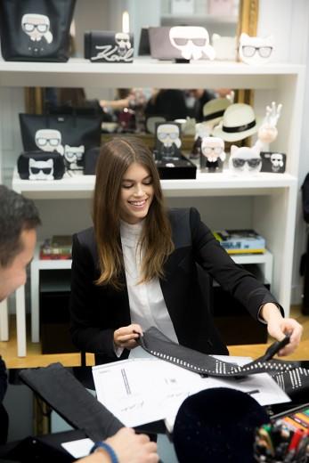 A modelo e o estilista unem forças pra uma coleção de acessórios