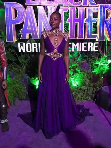 """Lupita Nyong'o é uma das protagonistas do longa. Ela chega-chegando a bordo de um Atelier Versace roxo - a cor do ano """"nera"""" ultravioleta, mesmo? Vem ver mais do tapete!"""