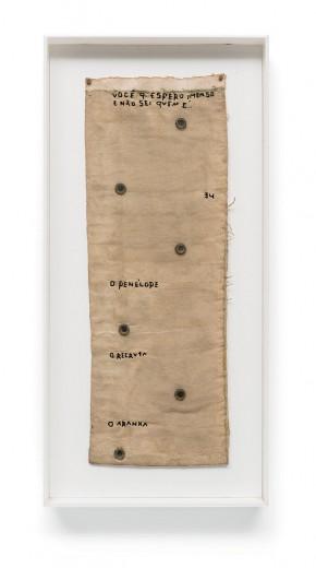 """Bordado com linha e lantejoulas sobre lona """"O Penelope, o Recruta, o Aranha, Ca"""" (1991), do brasileiro Leonilson, que faz parte da exposição. Vem ver mais!"""