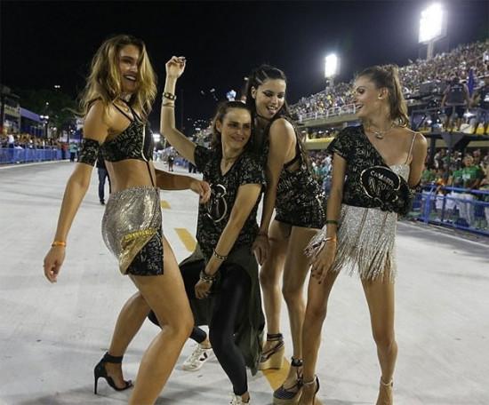 As modelos caem no samba: Fernanda Liz, Fernanda Tavares, Adriana Lima e Carol Francischini na Sapucaí!