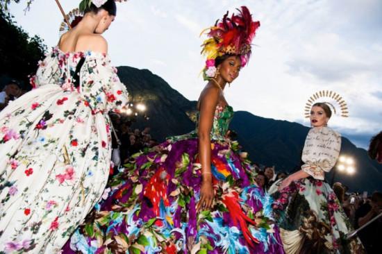 Pra começar: Naomi Campbell riquíssima numa vibe quase carnavalesca. Que poder! Vem ver mais!