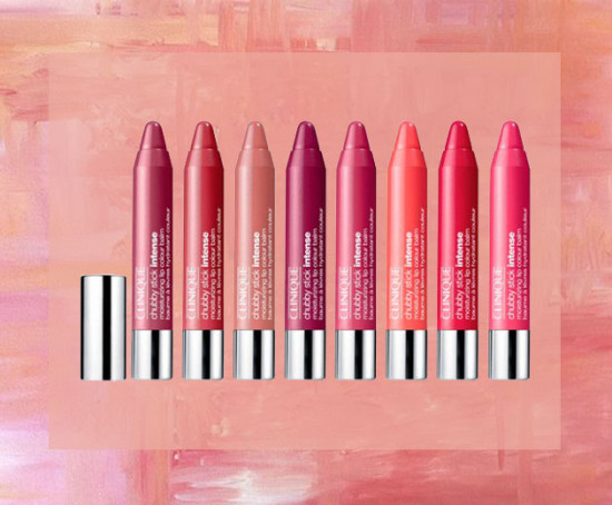 """O Chubby Stick Intense Moisturizing Lip Colour Balm da Clinique é perfeito pra dar uma cor suave e hidratar os lábios! <a href=""""https://rstyle.me/n/c7hkd8cdd8x"""">Sai por R$ 79 cada - compre aqui no link!</a> E clique na foto pra acessar a galeria e conferir outras opções"""