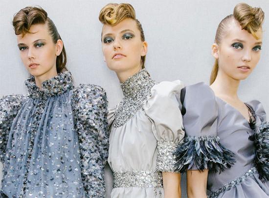 Topetes tipo rockabilly do desfile da Chanel, por Sam McKnight! Vem ver mais cabelo volumoso da passarela de alta-costura!
