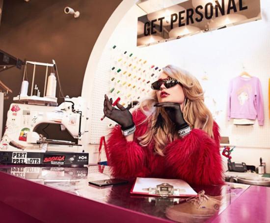 A cantora pop está incrível na campanha - clica na galeria pra conferir!
