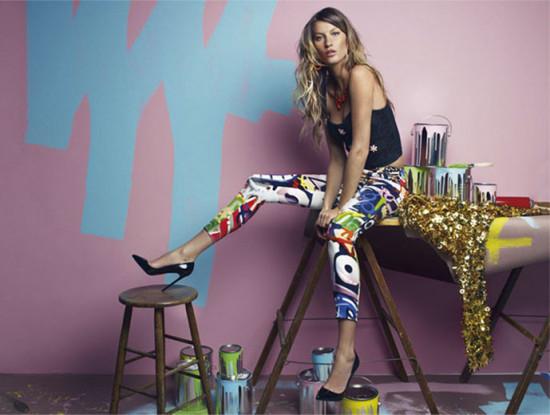 Tudo começou com a Moschino, lembra? A coleção grafitada da marca com estilo assinado por Jeremy Scott influenciou uma nova onda graffiti na moda