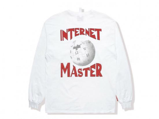 """Na parte de trás da peça, uma parceria entre Wikipedia e a Avisory Board Crystals, está escrito """"Internet Master"""" (mestre da internet). Vem ver mais detalhes!"""