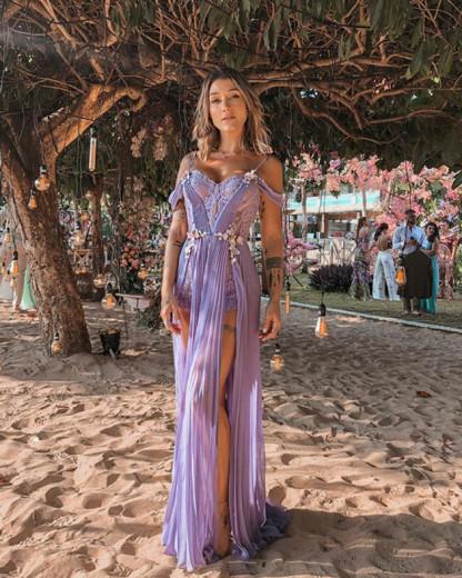 O look lilás com rendas e plissados de Gabriela Pugliesi é da estilista Elisa Lima - vem ver mais!