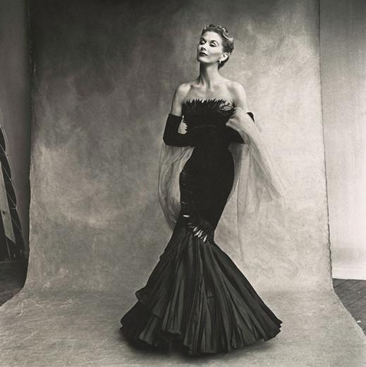 Lisa Fonssagrives-Penn, que foi musa e casada com Irving-Penn - esse clique, aliás, é do mesmo ano em que eles se casaram, em 1950! Ela usa vestido da Rochas
