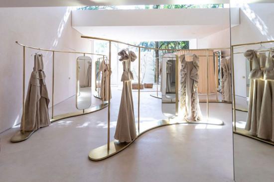 Linhas orgânicas e especial atenção pra iluminação no novo espaço da Paula Raia - vem ver mais!