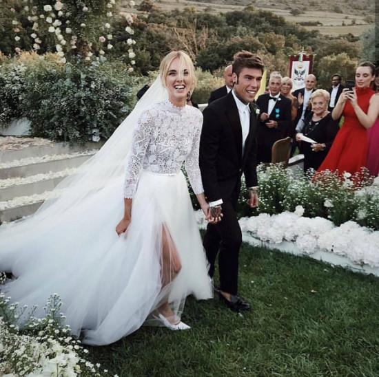 """Chiara Ferragni escolheu um vestido Dior pra dizer """"sim"""" a Fedez, que optou por um terno Versace - clica na galeria pra saber mais!"""