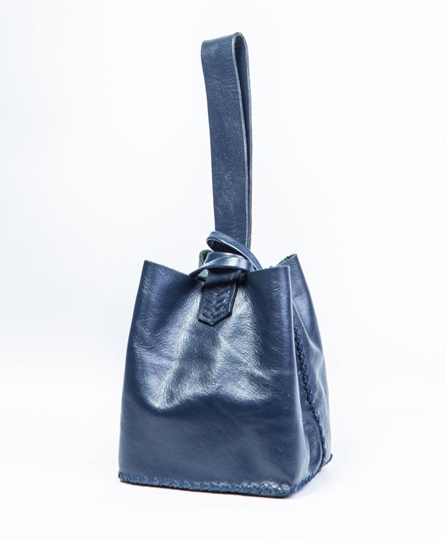 af6f96608 A marca de bolsas feitas à mão com reaproveitamento de couro ...