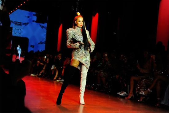 Paris Hilton desfilou tipo Cruela Cruel com seu cachorro Diamond Baby