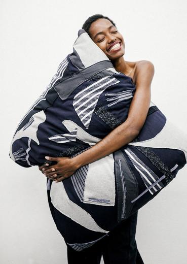 A almofada Paisagem tem proposta e realização do estudante de moda paraibano Rodrigo Evangelista com colaboração do designer de objetos e móveis Eduardo Borém e Eliane Marques. Vem ver mais!