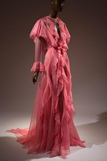 Curtiu esse look todo pink da Gucci? A expô do FIT desafia os estilistas contemporâneos a ter uma nova visão sobre o rosa, geralmente ligado à feminilidade doce! Vem ver!