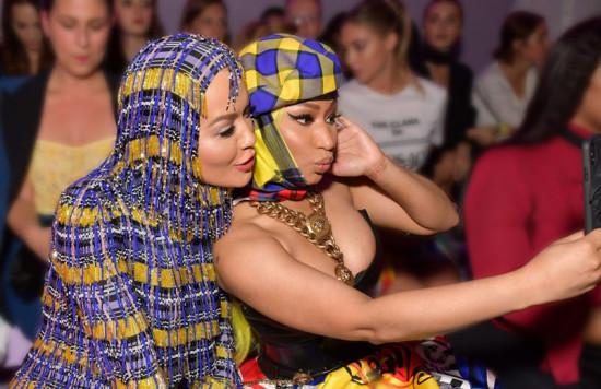 Mais que amigas, friends de Fila A! Nicki Minaj e Rita Ora no desfile da Versace