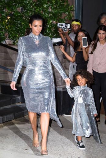Quem abre nossa galeria é Kim Kardashian West com sua filha North West, de 5 anos