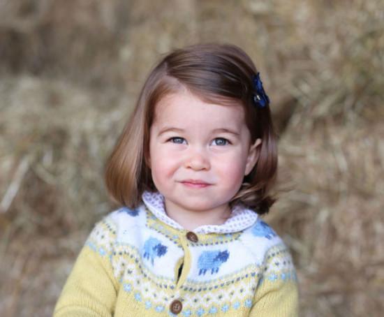 O cardigã que a princesa Charlotte usou nessa foto esgotou em menos de 24h! Vem ver mais looks da princesa clicando na galeria!