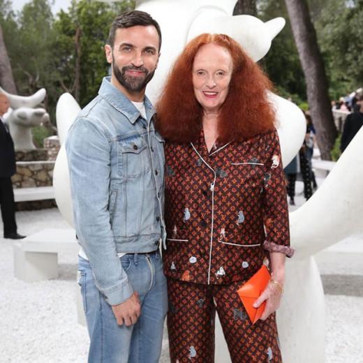 Nicolas Ghesquière, da Vuitton, e Grace Coddington no desfile de pré primavera-verão 2019 da Louis Vuitton! Clica na galeria pra conferir mais detalhes da coleção!