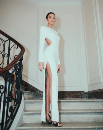 Em Paris, no lançamento do perfume Kenzo Takada, Bruna abalou com o vestido branco Alessandra Rich. Clica pra ver mais looks na galeria!