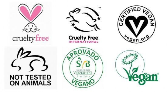 Selos pra ficar de olho na embalagem, todos de certificação cruelty-free! Vem ver os produtos que a Renata leva no nécessaire na galeria