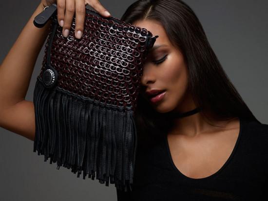 Lais Ribeiro posa com uma das bolsas da Bottletop feitas com lacre - vem saber mais da marca