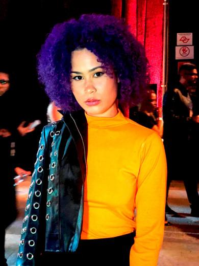 No SPFW rolaram vários looks em neon como a blusa da Bruna Benvindo! Clica na galeria pra ver mais!