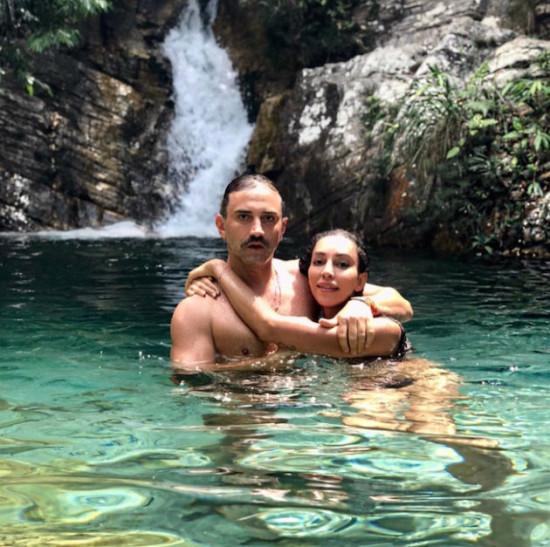 Riccardo Tisci, da Burberry, com a amiga Lea T em férias no Brasil! Clica pra ver mais!