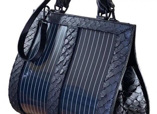 27d6dd083 A bolsa da Flying to the Sun carrega celular com luz solar e a placa é  biodegradável