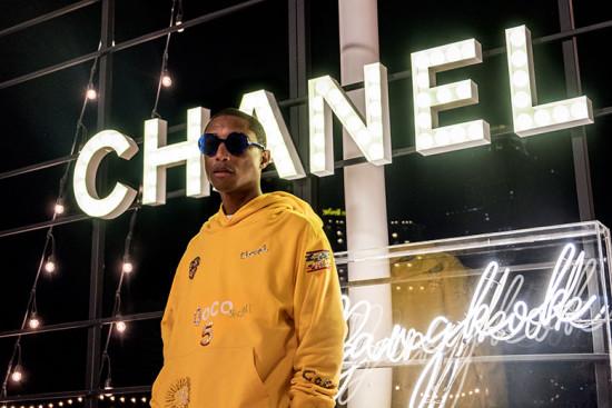 Pharrell com o moletom, um preview da parceria Chanel-Pharrell! Que tal?