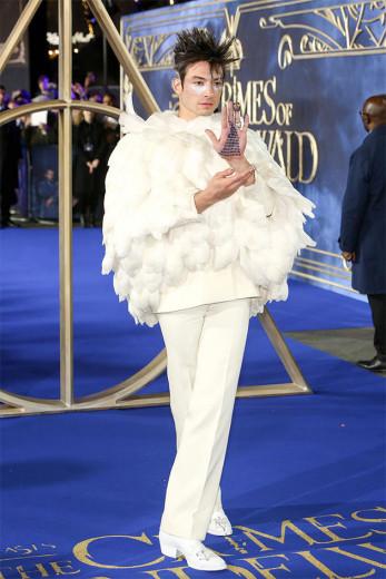"""Saudações, terráqueos: Ezra Miller de Givenchy na pré-estreia de """"Animais Fantásticos 2"""" em Londres. O look é uma homenagem à coruja Hedwig - na tradução ela é chamada de Edwiges"""