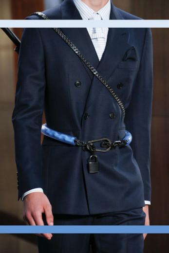 Seu look não vai pra lugar nenhum sem esse cinto de cadeado da Burberry! Vem ver mais na galeria!