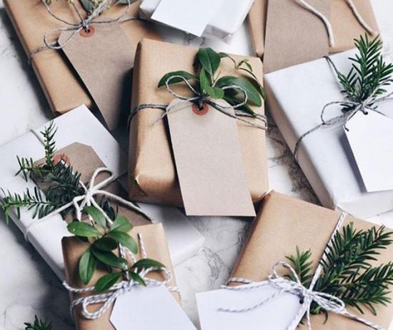 Tá sem tempo pra comprar os presentes de fim de ano? Calma que a gente te ajuda! Na galeria tem uma seleção com várias opções de beleza até R$ 100 - é só clicar!