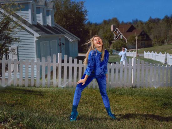Miley Cyrus toda feliz com look completo da sua nova coleção com a Converse!