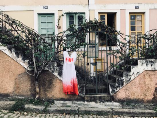 A terceira edição do Projeto Monumental reúne obras de mulheres! Essa é da Panmela Castro: instalação que homenageia mulheres perseguidas. Cada vestido-bandeira carrega o nome de uma mulher do mundo que luta pelos seus direitos!