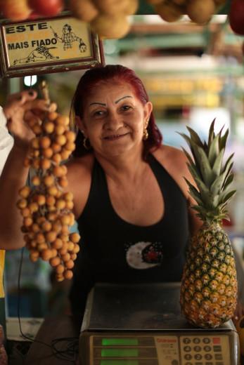 O projeto Lambe Lambe Tapajós dá visibilidade aos moradores da região do Alto do Tapajós, na Amazônia paraense! Essa é a Marilanze Melo Pinto, responsável pela barraca de hortifruti do Mercado Municipal de Santarém, que abastece as cozinhas dos restaurantes!