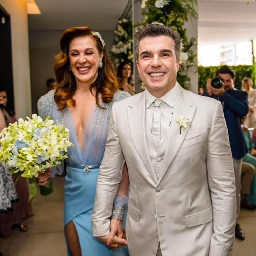 O casal Claudia Raia e Jarbas Homem de Mello acabam de oficializar o relacionamento em cerimônia superíntima - vem ver mais detalhes clicando na foto!